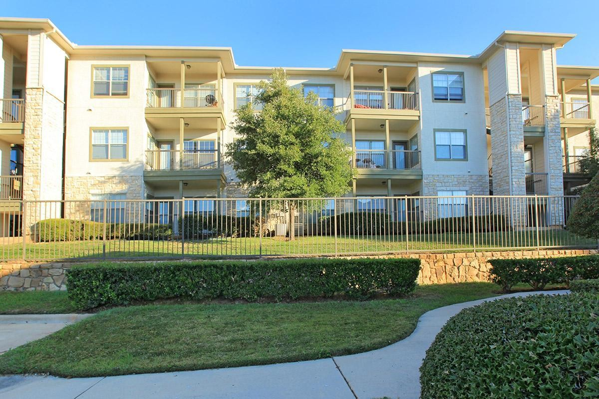 Hollyhills 900 Londonderry Ln Denton Tx 76205 Apartment For Rent Padmapper